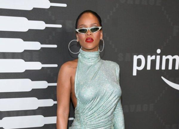 Rihanna usa vestido com 220.000 cristais durante Semana de Moda de Nova York