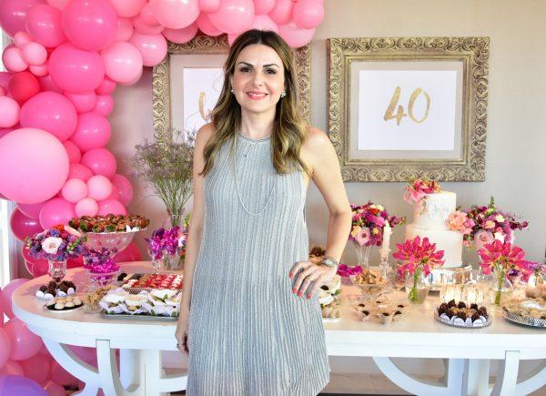 Andrea Baquit recebe amigos e familiares para festa de aniversário