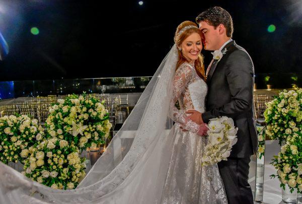 Em clima romântico, Ana Maria Menescal e Lucas Bonates celebram união