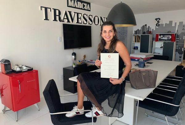 Márcia Travessoni recebe diploma de master em Jornalismo pela ISE Business School