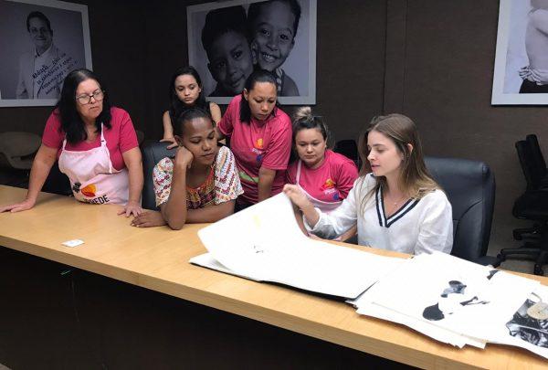 Estilista Gisela Franck bate papo com mães do IPREDE que realizarão desfile autoral