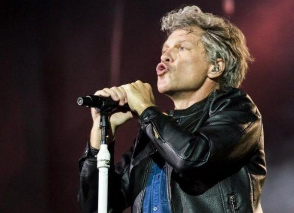 Hard Rock Cafe Fortaleza promove tributo ao cantor Bon Jovi no Teatro RioMar