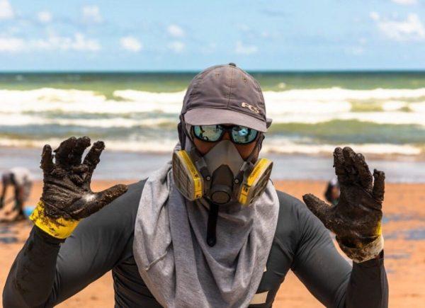 Manchas de óleo nas praias nordestinas preocupam ambientalistas e famosos reagem