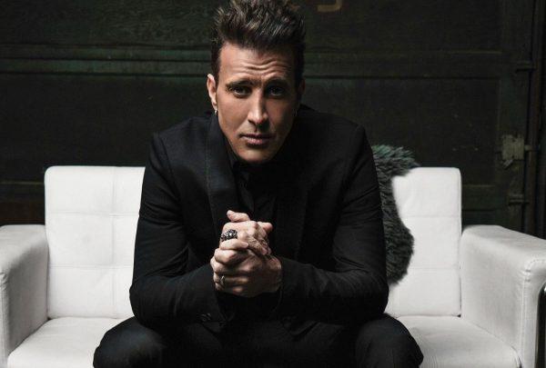 Ex-vocalista do Creed doa microfone pessoal para memorabilia do Hard Rock Cafe Fortaleza
