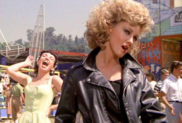 """Jaqueta e calça usadas por Olivia Newton-John em """"Grease"""" são leiloadas por R$ 1,6 milhão"""