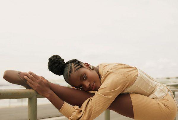 Bailarina se emociona com sapatilhas da cor de sua pele