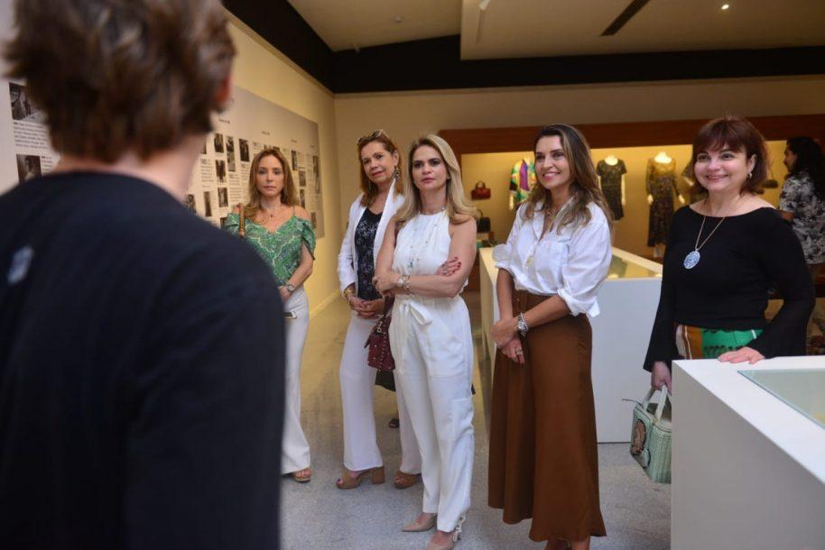 Márcia Travessoni leva grupo de amigas para visitar a exposição de Yolanda Queiroz