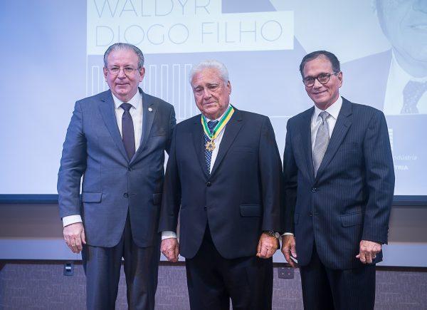 Waldyr Diogo Filho é homenageado com a Ordem do Mérito Industrial pela CNI