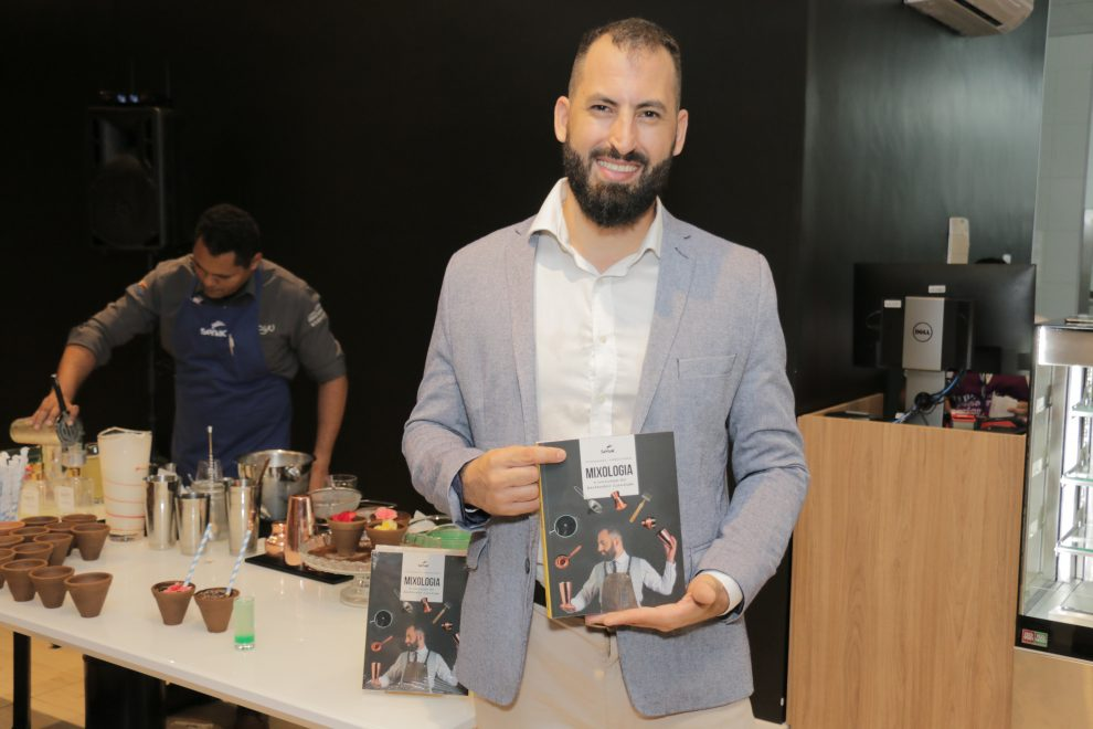 Mixologista Victor Quaranta lança livro sobre criação de drinks no Senac Reference