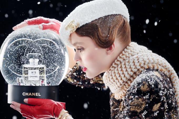 Chanel usa funk em campanha de Natal do icônico perfume N° 5