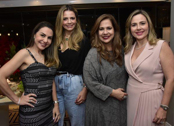 Martinha Assunção reuniu as amigas em confra de Natal animada
