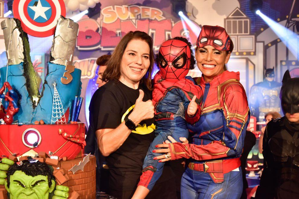 Gil Santos e Denise Bezerra comemoram três anos de Bento em clima de super-heróis