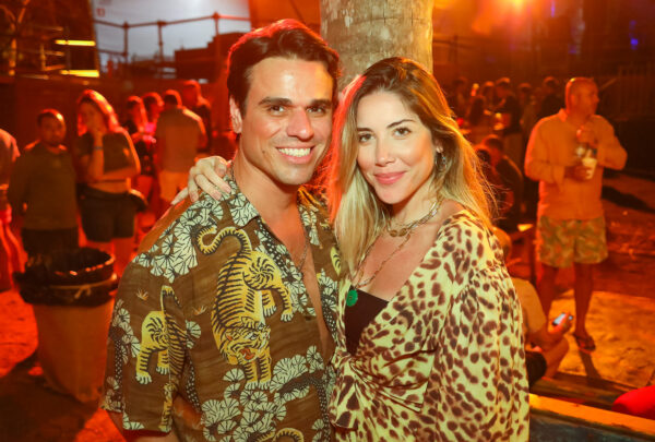 Réveillon em Itacaré 2020: Letícia Birkheuer e sobrinha de Donatella Versace curtem show de Durval Lelys