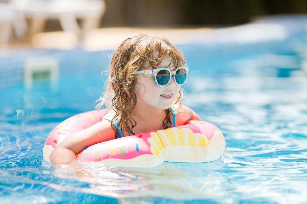 Crianças nas férias: saiba os cuidados necessários em piscinas e playgrounds