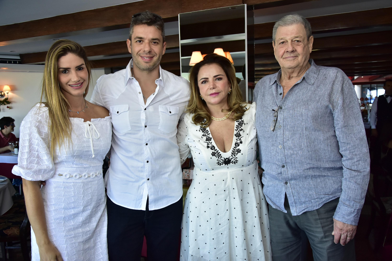 Sandra Lazera reúne amigos e família em aniversário no Marcel