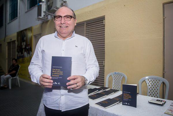 Padre Eugênio Pacelli lança livro 'Em Jesus, Deus abraça o sofrimento humano'