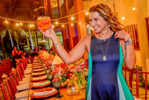 Em clima de muita alegria, Márcia Travessoni comemora aniversário com festa surpresa; veja fotos