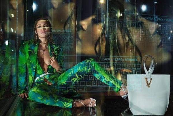 Parceria entre Jennifer Lopez e Versace revisita estampa icônica em nova coleção
