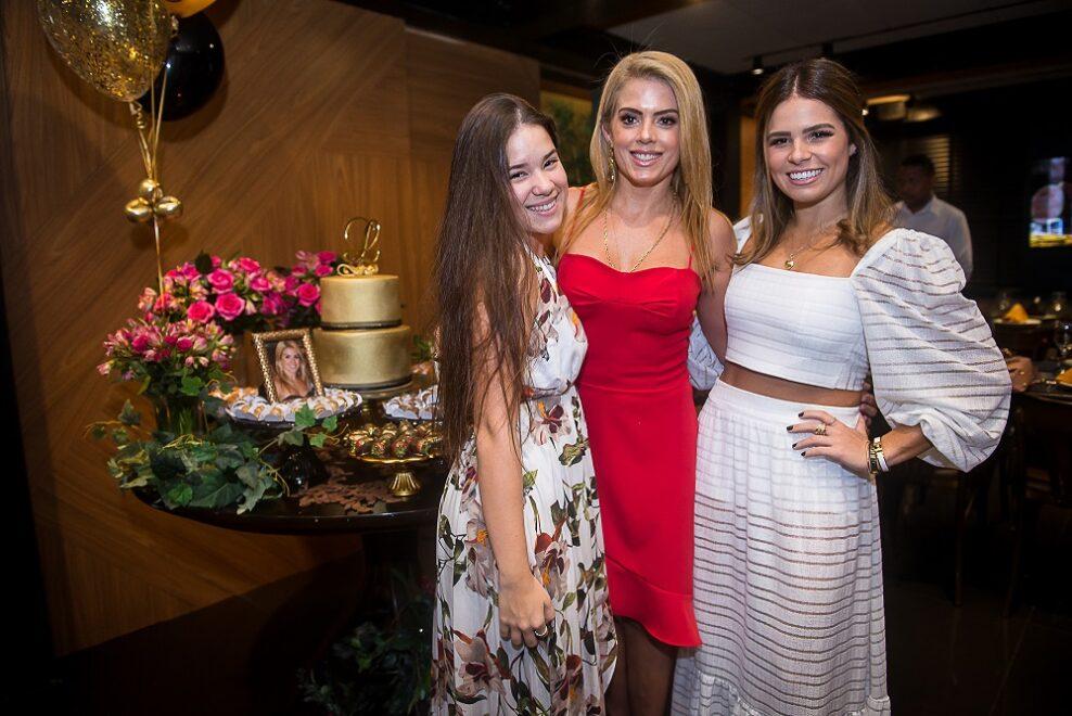 Letícia Studart ganha aniversário surpresa no Santa Grelha; veja galeria