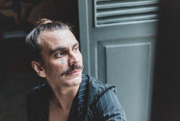 Zéu Britto traz espetáculo que mescla melancolia e Carnaval e tem participação de Lorena Nunes