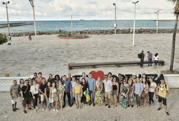 A bordo do Fortaleza Bus, Alexandre Pereira leva influenciadores para pontos turísticos de Fortaleza