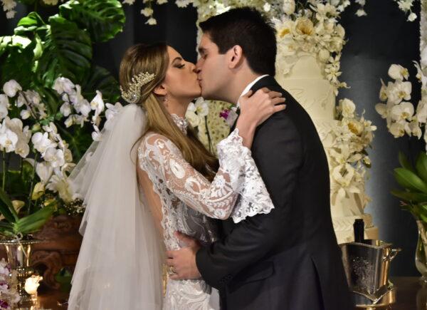 Wagner Neto e Beatriz Gradvohl trocam alianças em uma linda cerimônia; veja as fotos