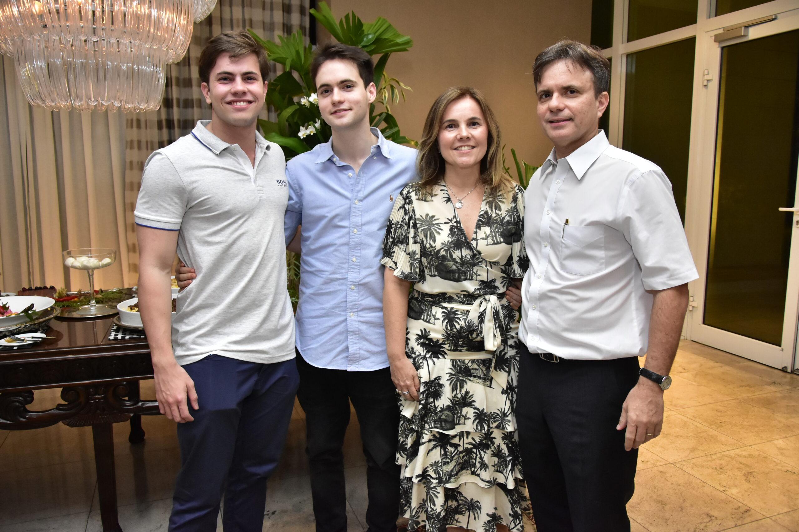 Diego Jucá comemora aniversário na companhia dos pais e amigos; veja fotos