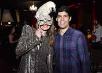 Marina Park Hotel promove baile de máscaras com show de Diogo Nogueira