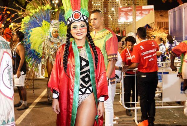 Mileide Mihaile desfila na Grande Rio e divide a avenida com celebridades