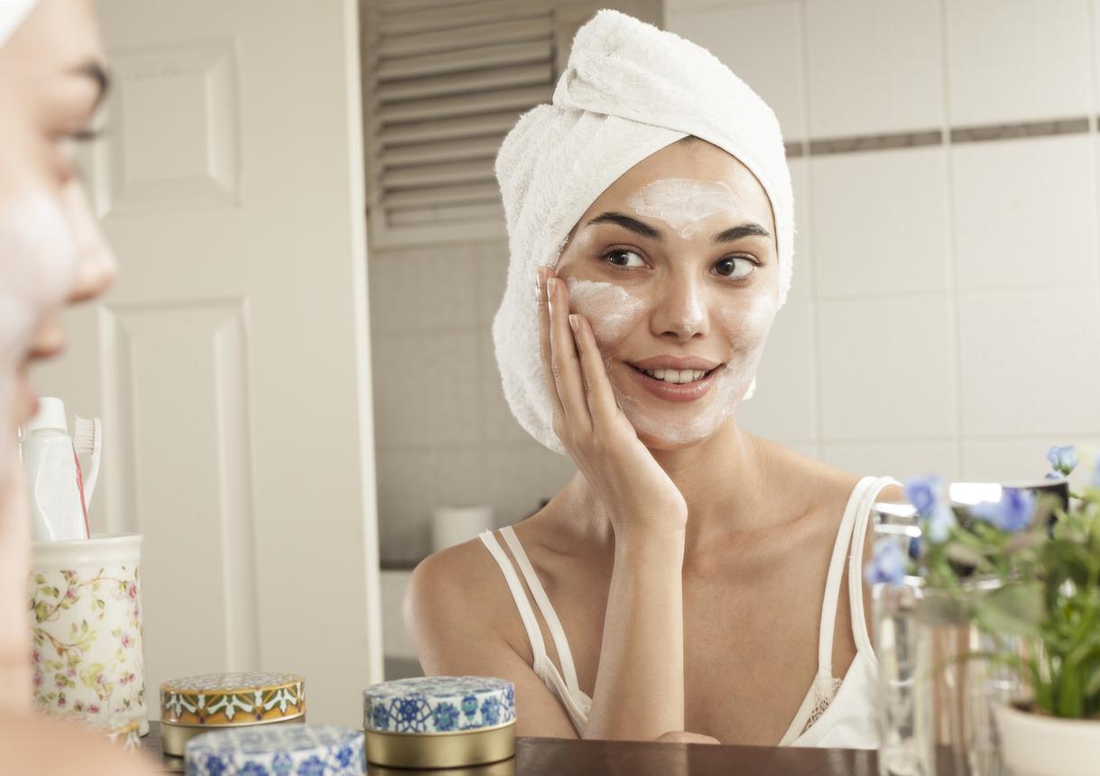 Saiba porquê não se deve deixar máscaras de argila secando no rosto
