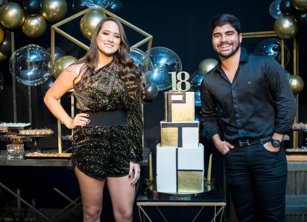 Paula e Thiago Assunção celebram 18 anos com baladinha intimista