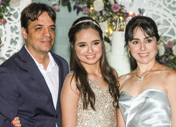 Jéssica Bezerra chega aos 15 anos com festa inesquecível