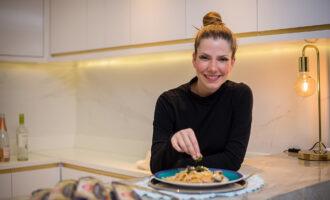 Ana Macêdo ensina receita de spaguetti ao molho de vôngole; assista ao vídeo