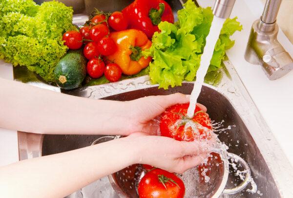 Especialista dá dicas para higienizar alimentos