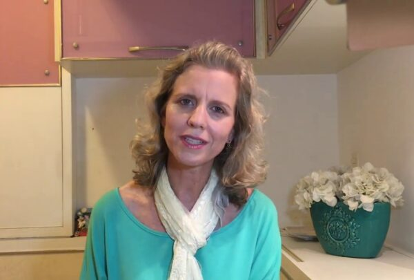 'A energia da casa flui com menos coisas', diz Erica Portugal em live