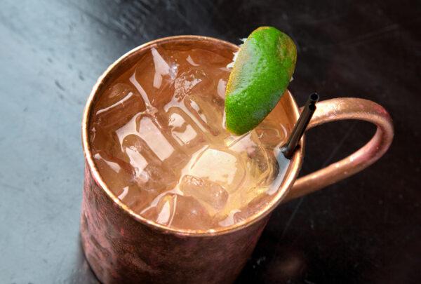 Lucas Farias mostra como fazer drink típico dos Estados Unidos