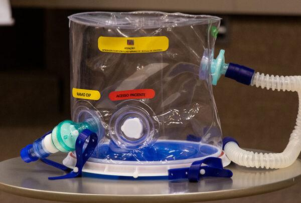 Capacete de respiração assistida desenvolvido no Ceará começa a ser testado em hospital