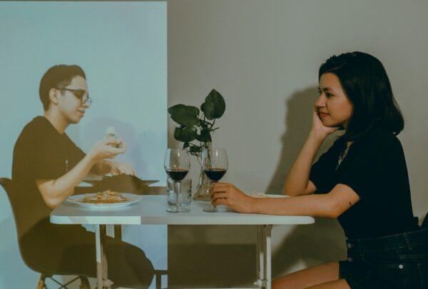 Casal protagoniza ensaio à distância em homenagem ao Dia dos Namorados