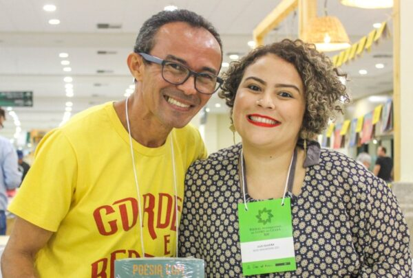 Pai e filha, Rouxinol do Rinaré e Julie Oliveira se dedicam à literatura de cordel