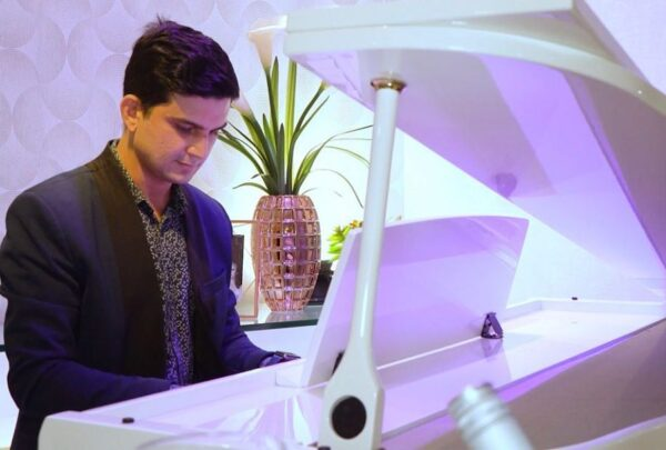 Pianista lança clipe com propósito de impactar a vida das pessoas
