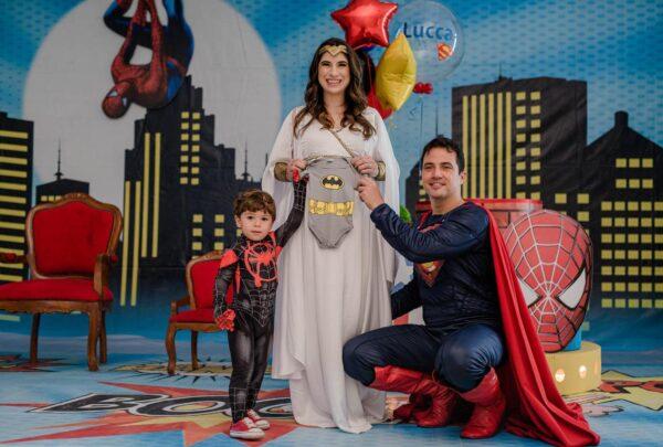 Themis Briand faz ensaio de gestante inspirado em super-heróis