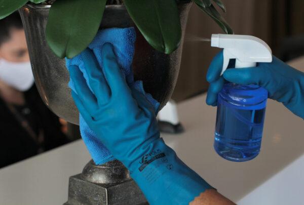 Quais cuidados devemos ter ao usar álcool para higienizar mãos e superfícies