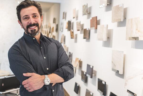 Arquiteto Carlos Otávio fala sobre temporada no Brasil: 'Senti saudade das pessoas'