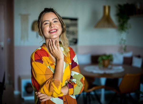 Maria Rebeca Agra conta como encarou o estrabismo e compartilha o amor pela arte no Instagram