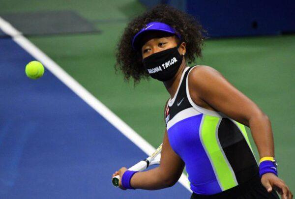 Tenista Naomi Osaka usa máscara para conscientizar sobre injustiça racial