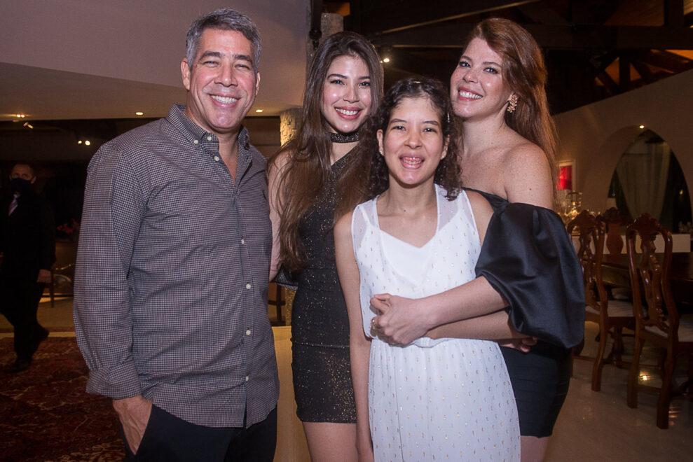 Lara Holanda celebra maioridade com festa super animada; veja cliques