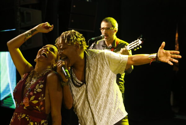Gil Santos celebra aniversário com festa animada e show de Mart'nália
