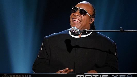 Stevie Wonder lança músicas inéditas após 15 anos; ouça