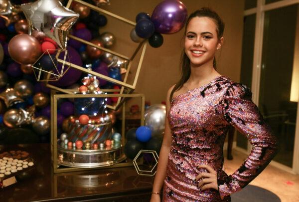 Lyna Machado celebra 16 anos com amigos em festa
