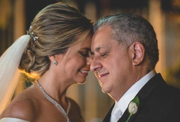 Taís e Adriano Pinto festejam 27 anos de união com cerimônia religiosa; confira as fotos